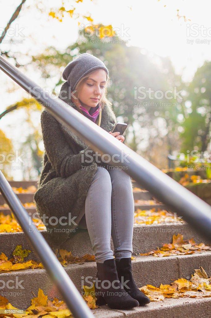 SMS donna su smartphone foto stock royalty-free