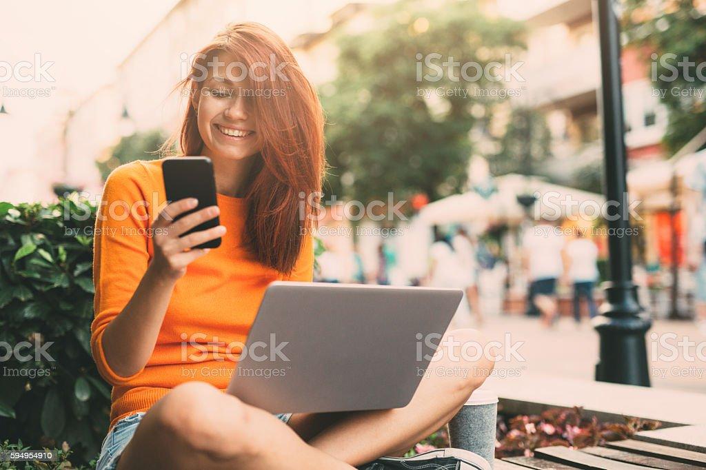 Envoyer des SMS en plein air femme - Photo