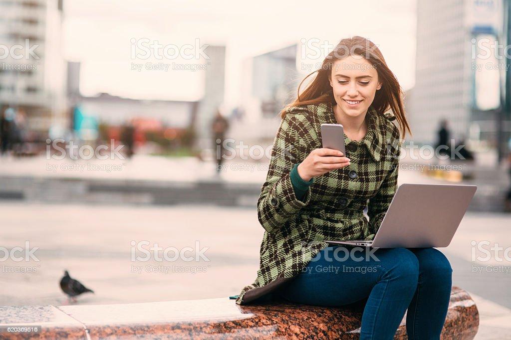 Enviar ao ar livre de mulher foto de stock royalty-free