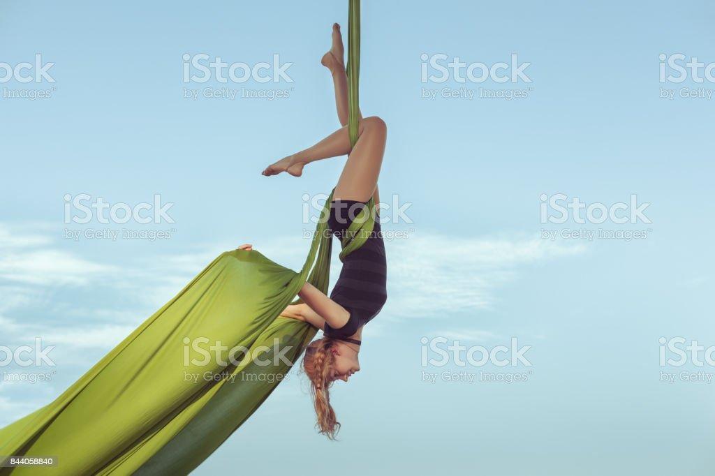 Mujer el equilibrista vuela en el cielo. - foto de stock