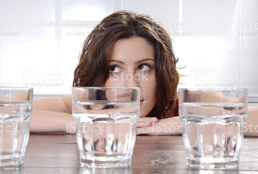 woman thinking behind empty glasses Lizenzfreies stock-foto