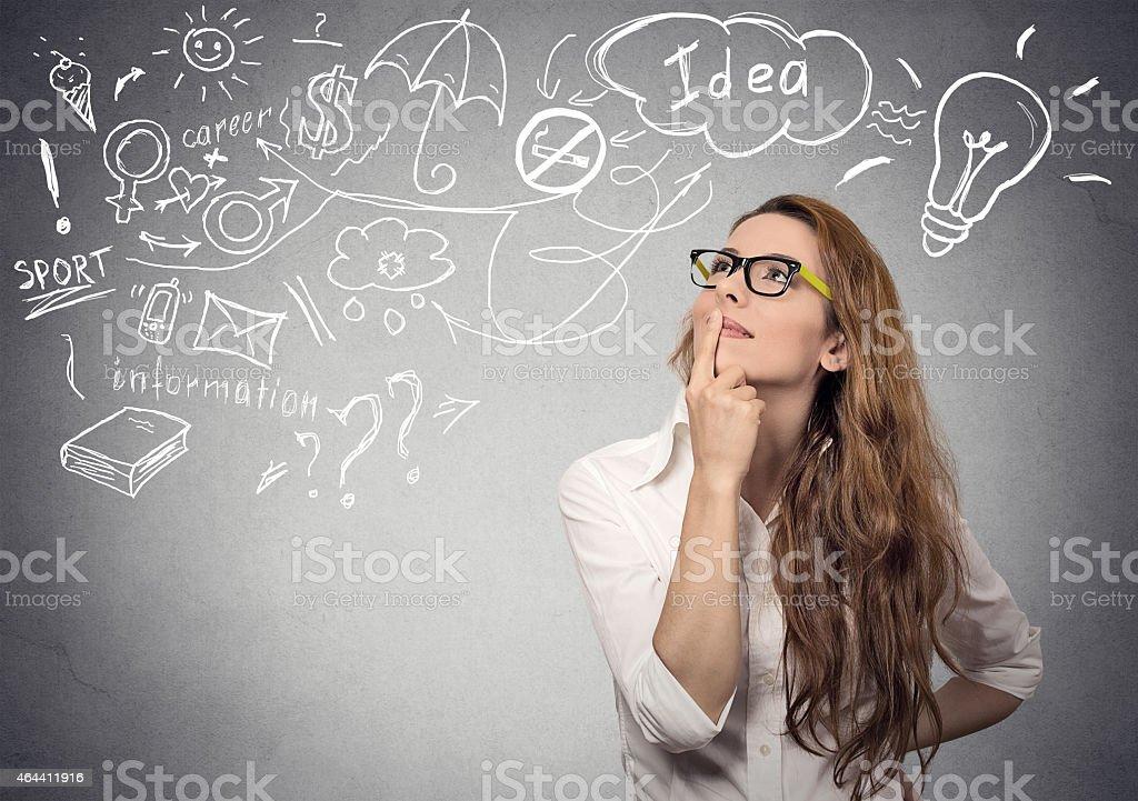 Frau denken Träumen hat viele Ideen suchen. – Foto