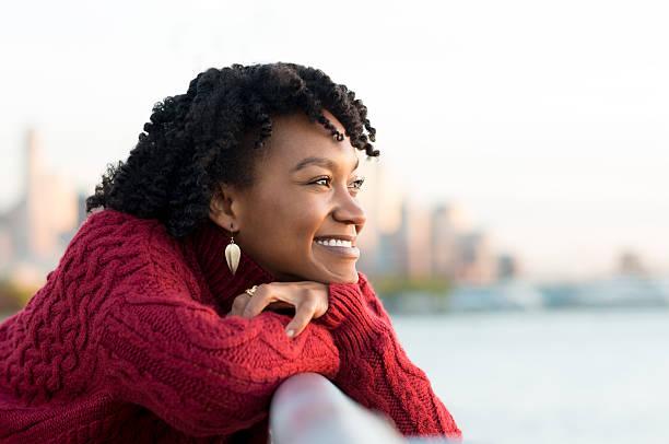 kobieta myśli na zewnątrz - nadzieja zdjęcia i obrazy z banku zdjęć