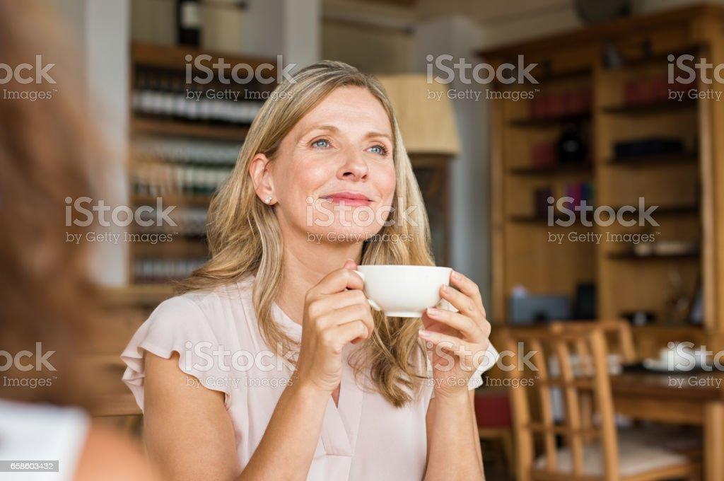 Frau denken über Kaffee - Lizenzfrei Alter Erwachsener Stock-Foto