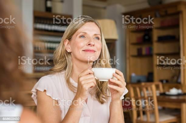 Frau Denken Über Kaffee Stockfoto und mehr Bilder von Alter Erwachsener