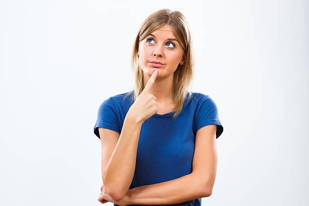 donna pensiero - mano sul mento foto e immagini stock
