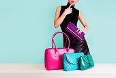 女性思考を色鮮やかなバッグです。ショッピング ファッションの画像。