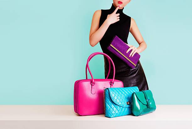 frau denken mit bunten taschen. einkaufsmöglichkeiten. mode bild. - leder handtaschen damen stock-fotos und bilder