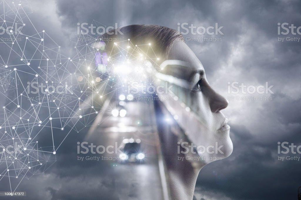 Mujer piensa en un fondo de cielo y el camino. - Foto de stock de Abstracto libre de derechos