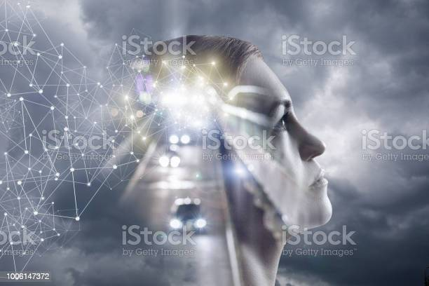 Mujer Piensa En Un Fondo De Cielo Y El Camino Foto de stock y más banco de imágenes de Abstracto