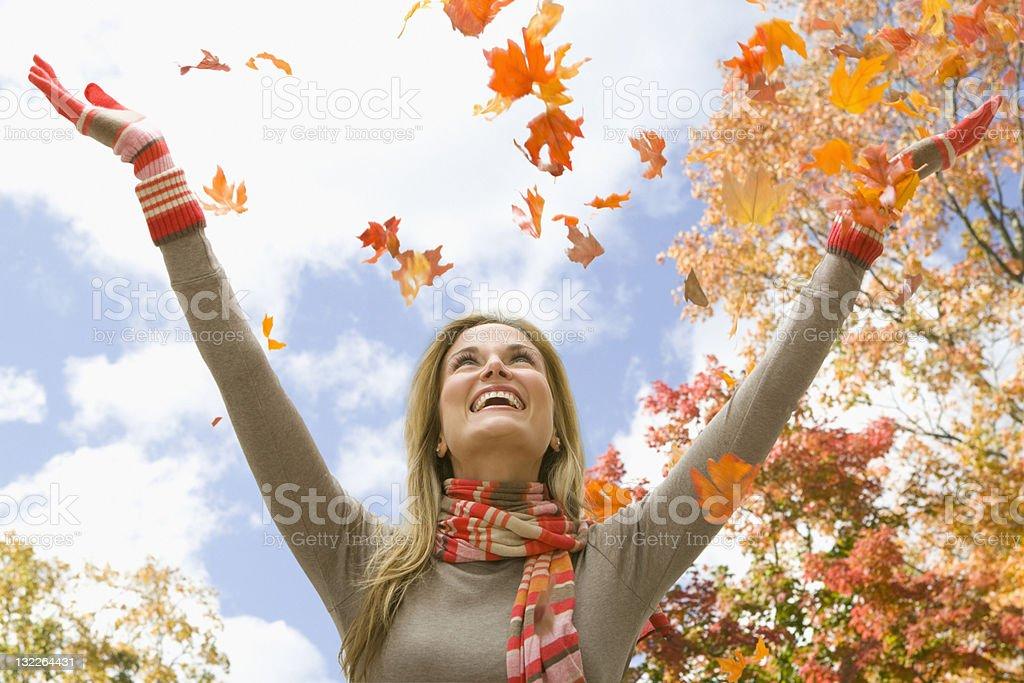 Femme jeter feuilles - Photo