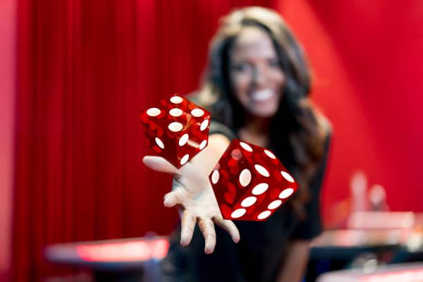Femme en jetant les dés au casino - Photo