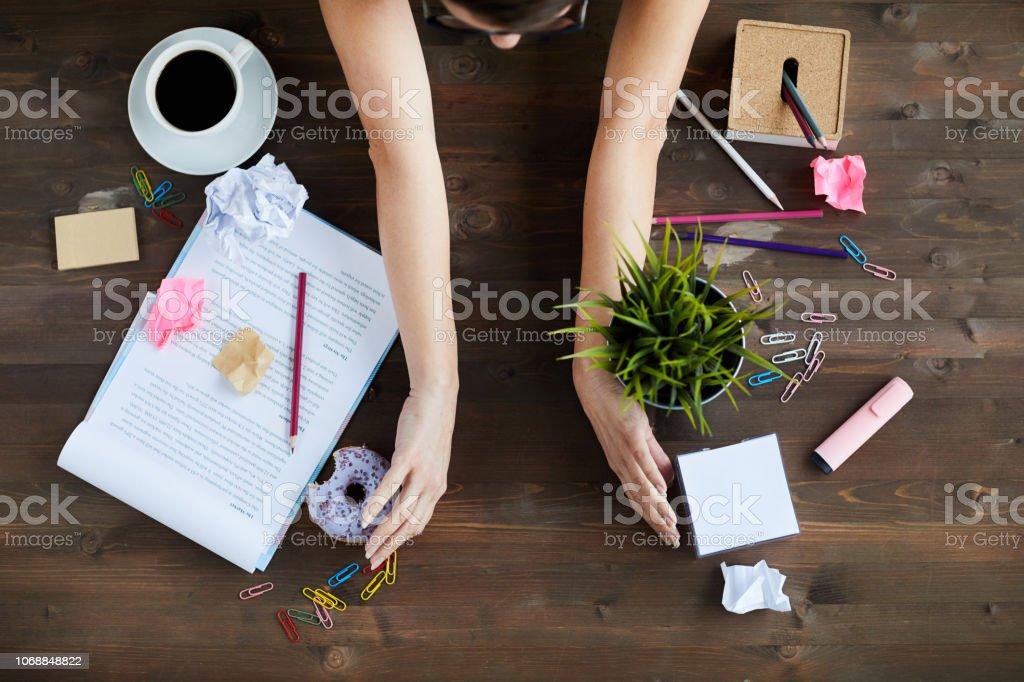 Mujer limpieza escritorio de oficina foto de stock libre de derechos