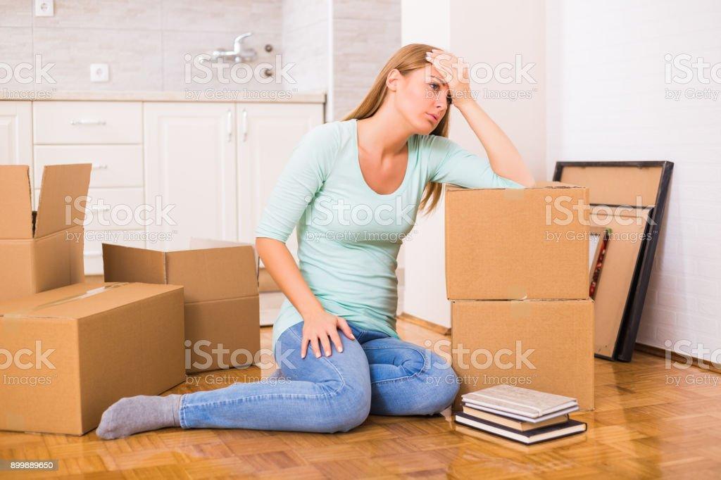 Frau leid, Umzug in neues Zuhause – Foto