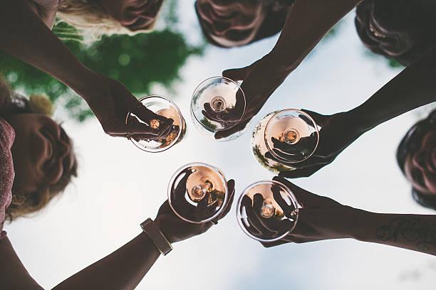 Donna brindando con vino frizzante e champagne - foto stock
