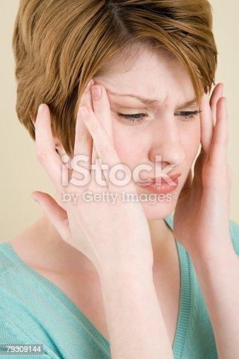 Uma Mulher Tocando A Cabeça - Fotografias de stock e mais imagens de Adulto