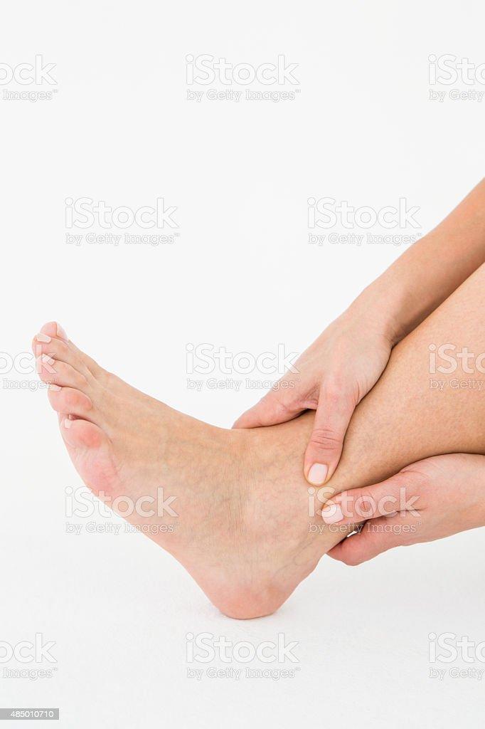 Frau berühren Ihre schmerzende Knöchel – Foto