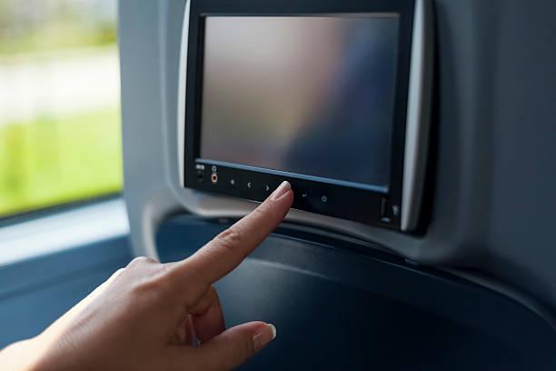 Frau berühren multimedia-Bildschirm im bus – Foto
