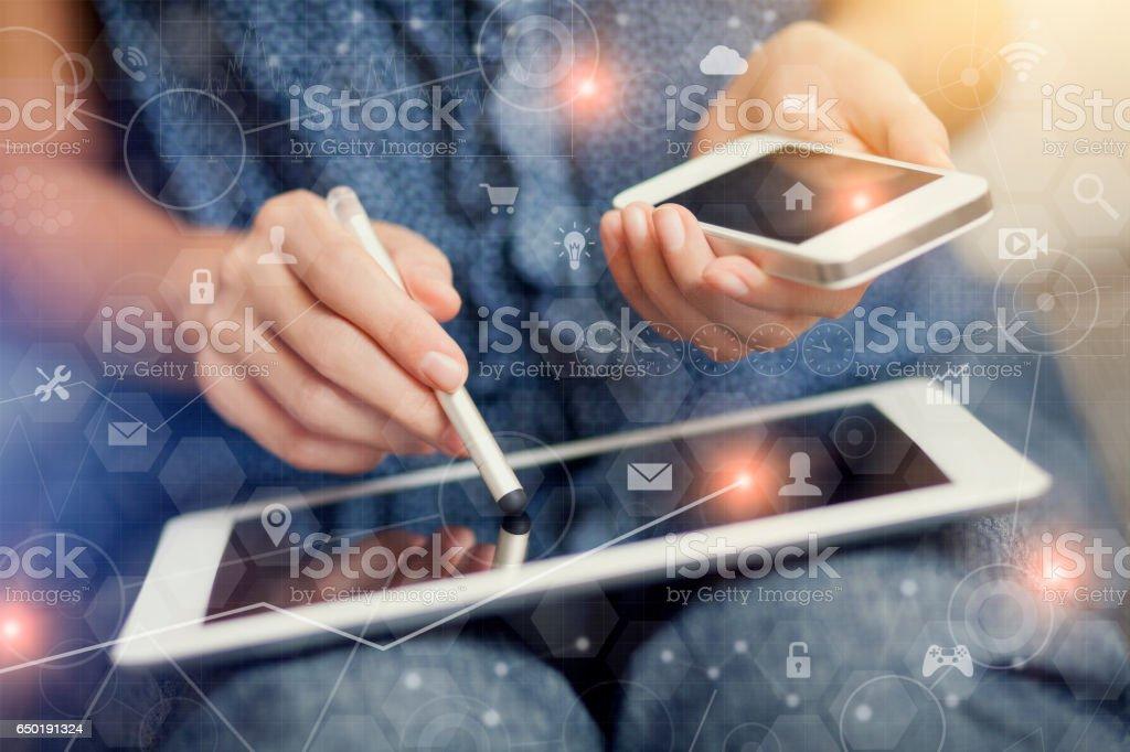 Frau berühren Bildschirm von digital-Tablette – Foto