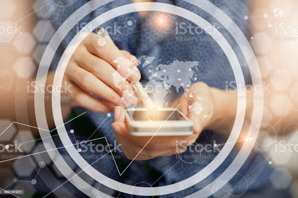 Mujer tocando la pantalla del teléfono inteligente - foto de stock