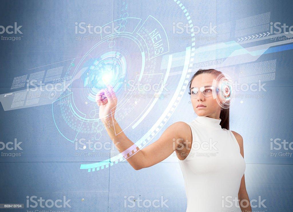 Frau berühren der virtuellen künftige Schnittstelle – Foto