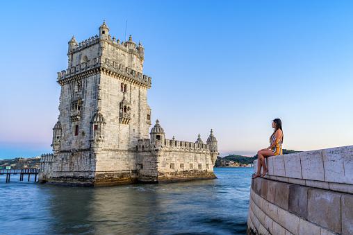 Vrouw Toeristische Bewondert De Belem Toren Lissabon Portugal Stockfoto en meer beelden van Alleen volwassenen