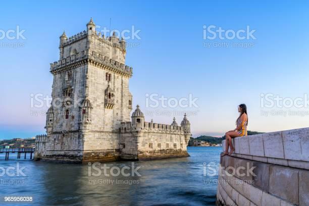 Kvinna Turist Beundrar Tornet Belem Lissabon Portugal-foton och fler bilder på Arkitektur