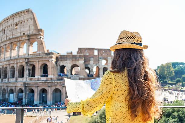 frau tourist am kolosseum, rom - städtetrip stock-fotos und bilder