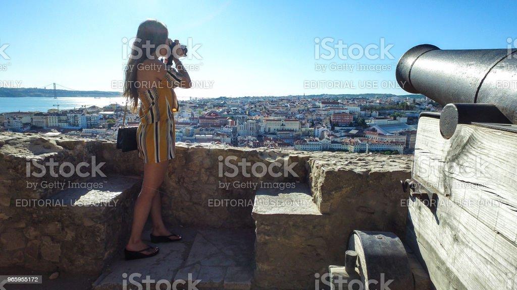 Vrouw toeristische bovenop de Fernadina muur fortress - Lissabon, Portugal. - Royalty-free Alleen volwassenen Stockfoto