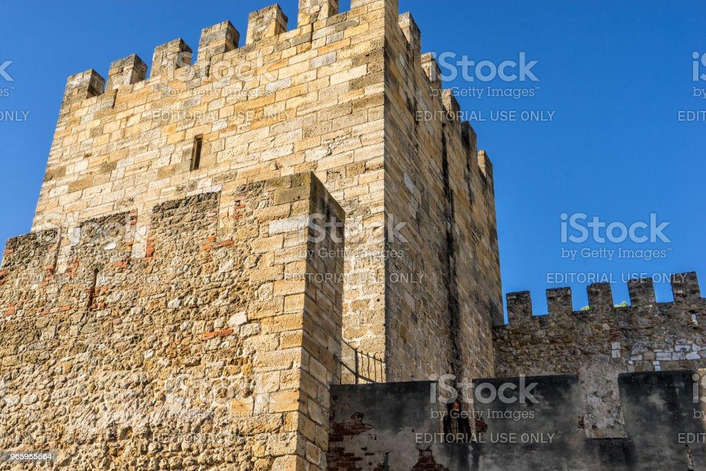 Vrouw toeristische bovenop de Fernadina muur fortress - Lissabon, Portugal. - Royalty-free Architectuur Stockfoto