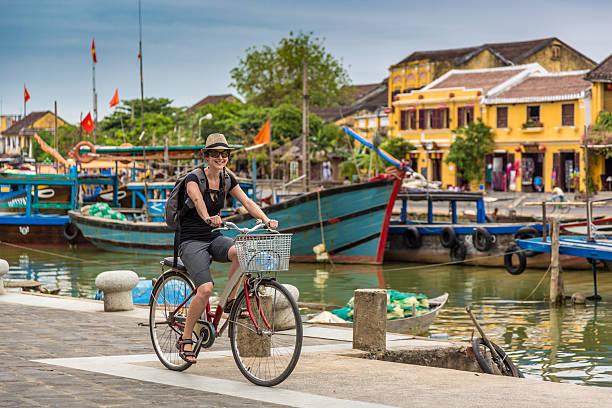 여자 여행 사이클링이 in 호이안 city, vietnam - 호이안 뉴스 사진 이미지