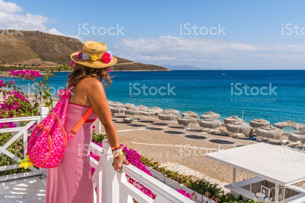 Touristique de femme se promène à la plage. Palamutbuku, Datca, Mugla / Turquie. - Photo
