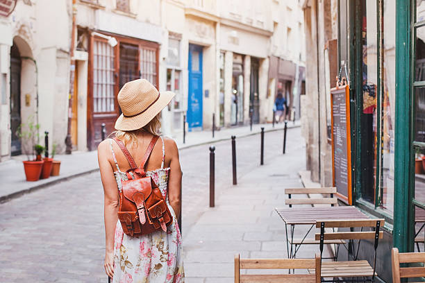 woman tourist on the street traveling in Europe - foto stock