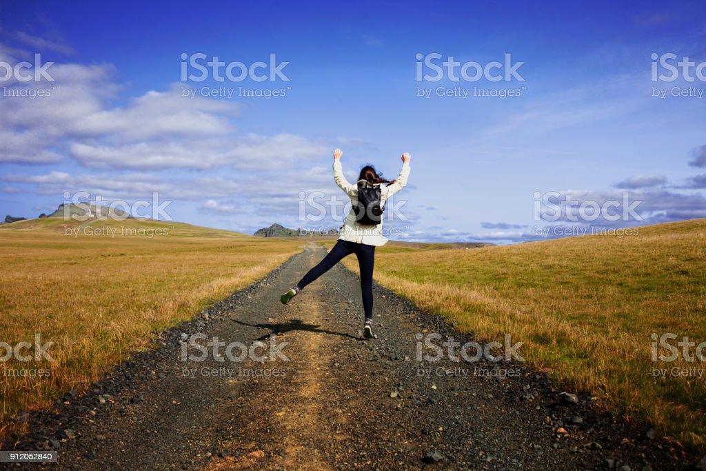 Turismo de mujer con mochila en el camino del fondo. Hacia la meta - foto de stock