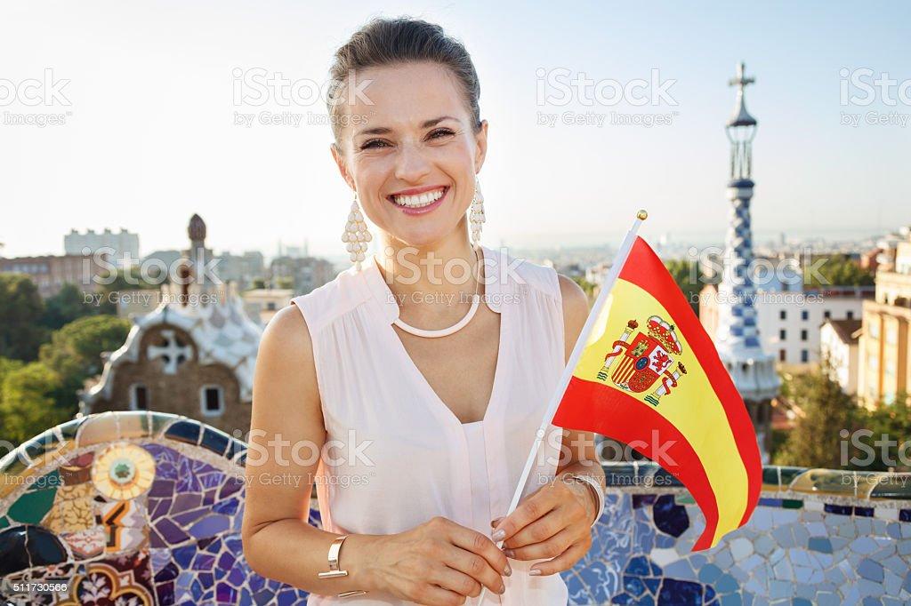 Donna turistico con bandiera della Spagna nel parco Guell, Barcellona - foto stock