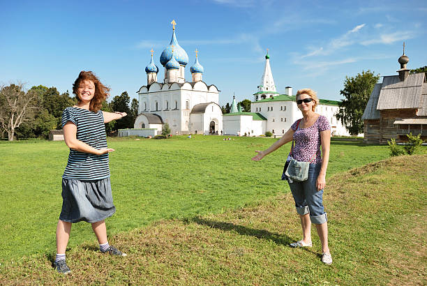 Frau Touristen in Suzdal Kreml (Russland – Foto