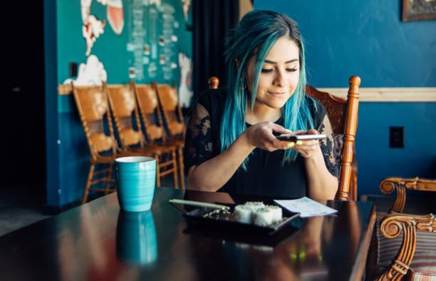 Frau verfolgt Restaurantgesetz – Foto