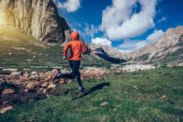 corredor de trail de mujer en montañas - trail running fotografías e imágenes de stock
