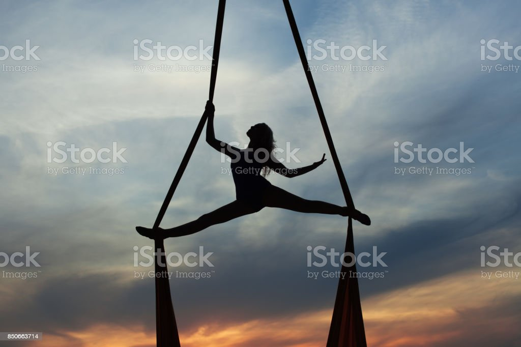 Mujer de entrenamiento acrobático en aire. - foto de stock