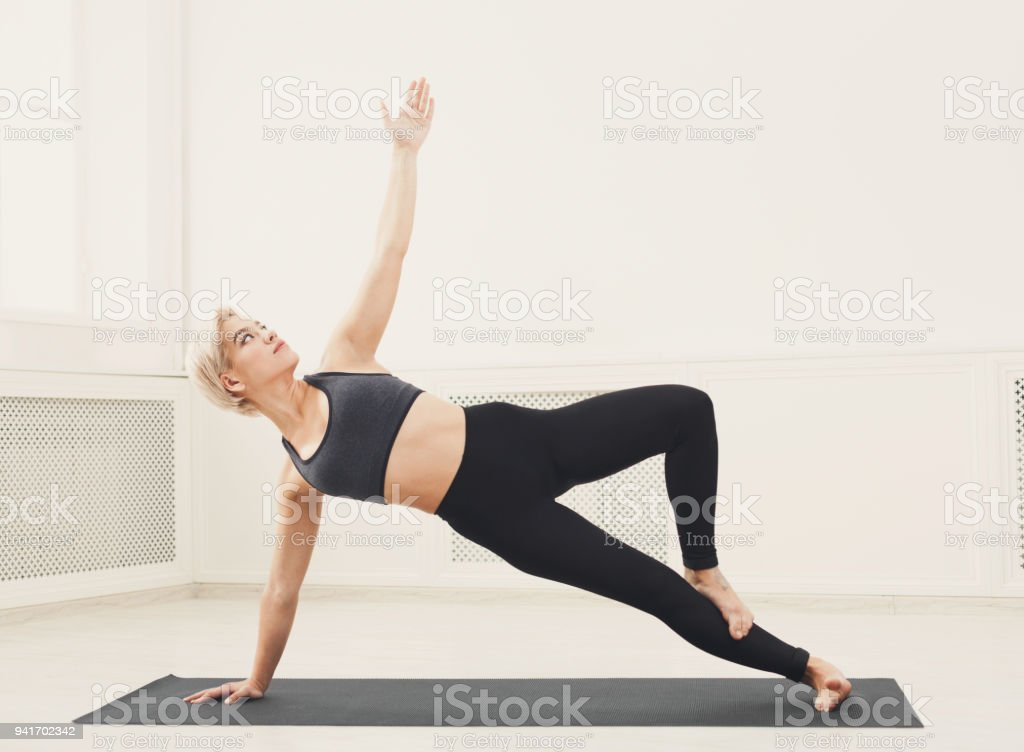 Photo Libre De Droit De Femme Formation Yoga Dans Pose De Planche De Cote Banque D Images Et Plus D Images Libres De Droit De Adolescent Istock