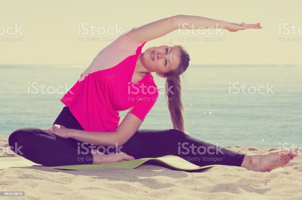 女人培訓體式上海灘 - 免版稅享受圖庫照片