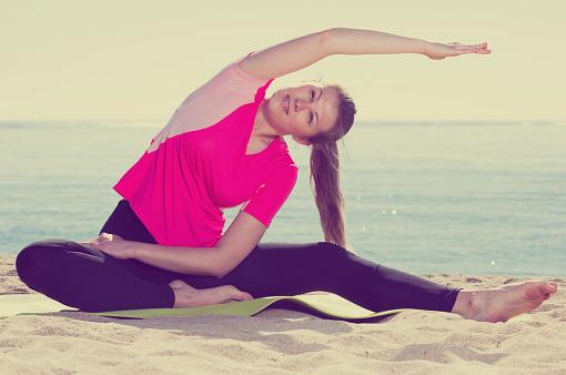 女人培訓體式上海灘 照片檔及更多 享受 照片