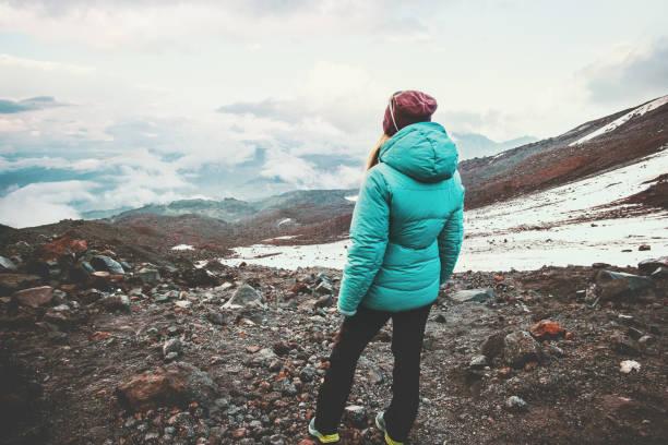 女性旅行者楽しんで霧山風景旅行ライフ スタイル概念冒険アクティブな休暇アウトドア登山少女屋外ジャケットを着て - ダウンジャケット ストックフォトと画像