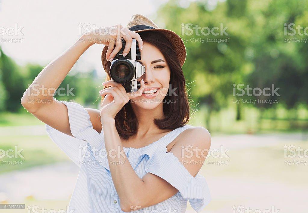 Woman traveler looking at camera – Foto