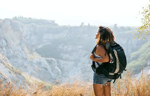 Frau Reisenden Am Berg Stockfoto und mehr Bilder von Abenteuer