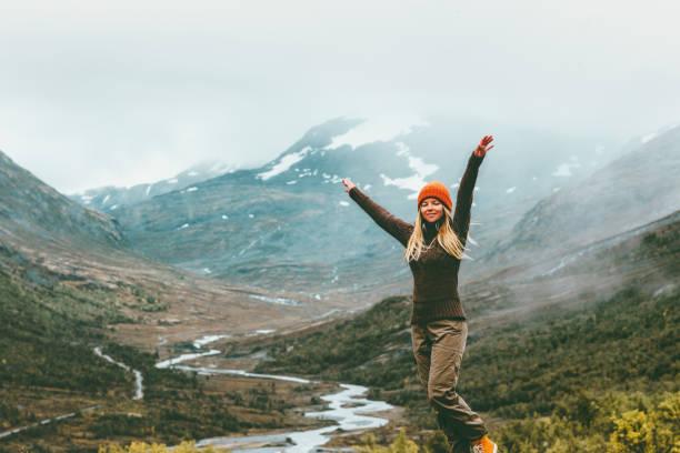 Frau Reisenden angehoben Hände im freien glücklich Emotionen nebligen Bergen im Hintergrund Reisen Lifestyle Erfolg Konzept Abenteuer aktiv Urlaub in Norwegen – Foto