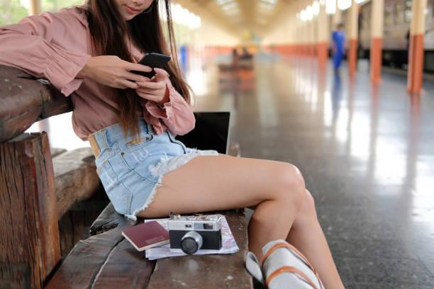 Reiseleiter mit Handy am Bahnhof Reise-Reise-Konzept – Foto