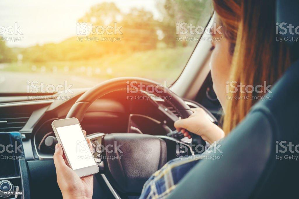 Frau Reisenden Using Smart Phone Auto innen – Foto