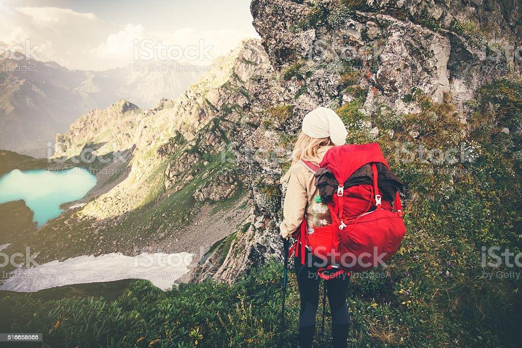 Frau Reisenden mit roten Rucksack für Bergsteiger Reisen Lifestyle-Konzept – Foto