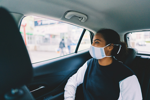 Woman Traveling By Taxi During Covid19 Pandemic - Fotografie stock e altre immagini di Adulto